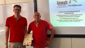 Olaf Marshall und Kelly Sach bei Übergabe des Zertifikats zum Gewaltpräventionstrainer (Level D)