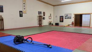 Matten saugen und wischen im Dojo des Aikido Dojo Ulm/Neu-Ulm