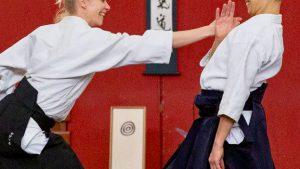 Mirjam Fischer führt Aikido-Technik aus