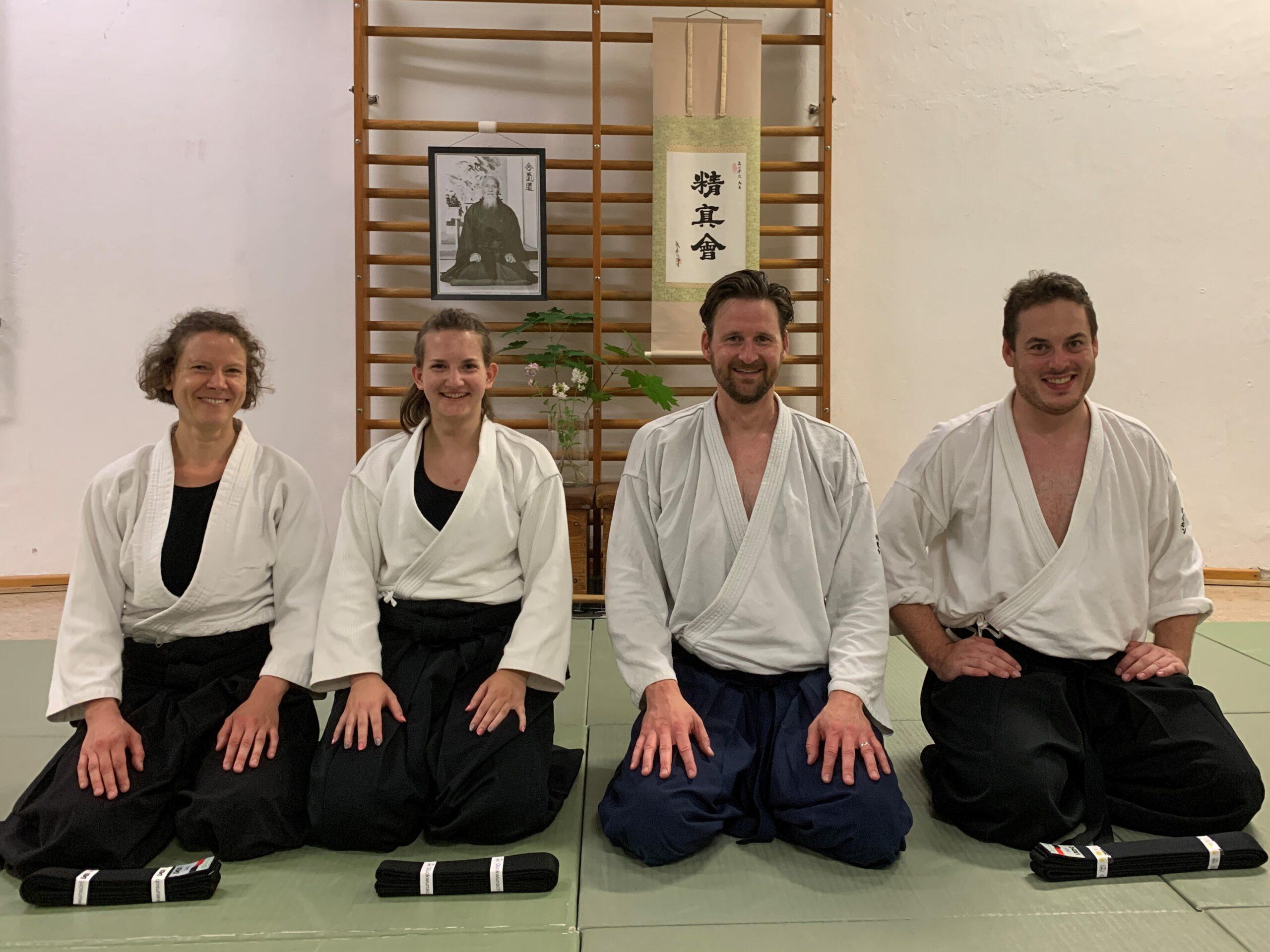 Olaf Marshall nach Graduierung zum Yondan zusammen mit drei Schüler*innen, die den Shodan erreicht haben (Gürtelübergabe)