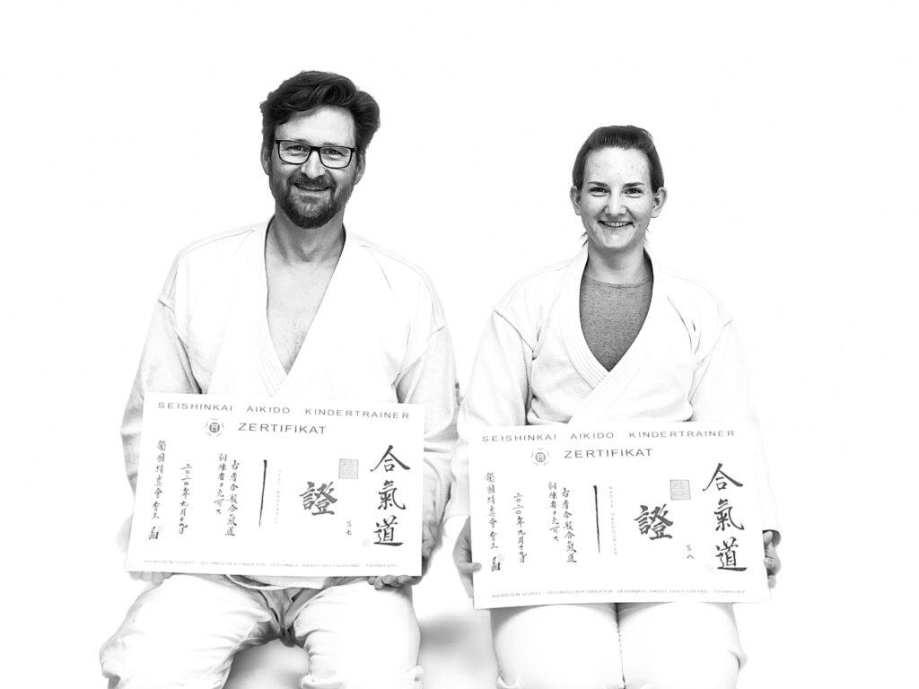 Nadja Oberdorfer und Olaf Marshall mit ihren Urkunden als zertifizierte Seishinkai Aikido Kindertrainer im September 2020