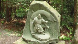 Traditionelle japanische Steinmetzarbeit zeigt Samurai mit Wels